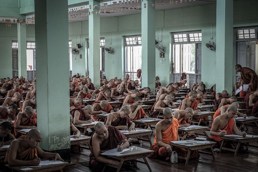 los monjes budistas en myanmar