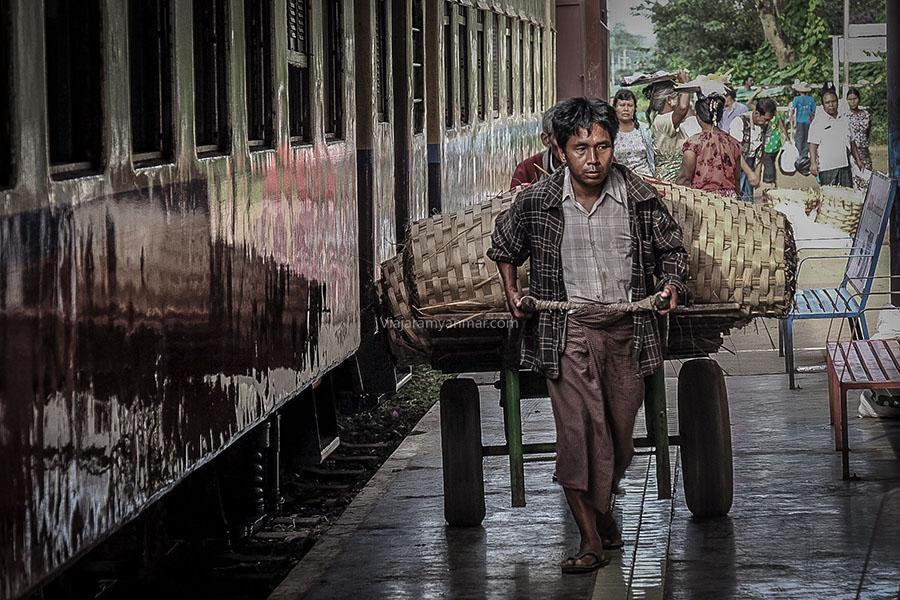viajar en tren en myanmar